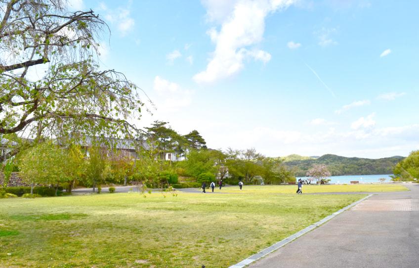 村内の広場の写真