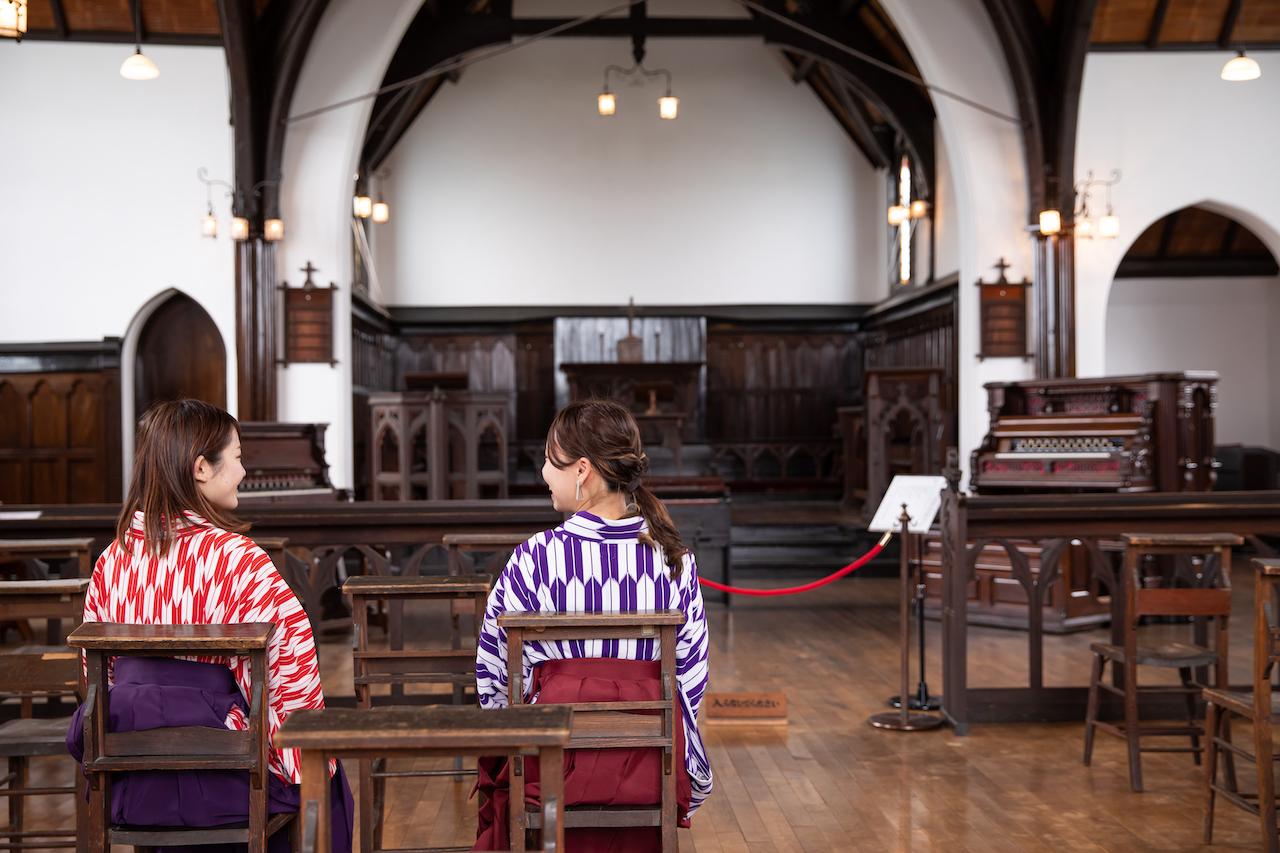 当時の椅子に座って明治の教会の空気を感じてみて